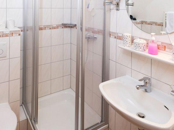 Das helle Badezimmer von Zimmer Nr. 6