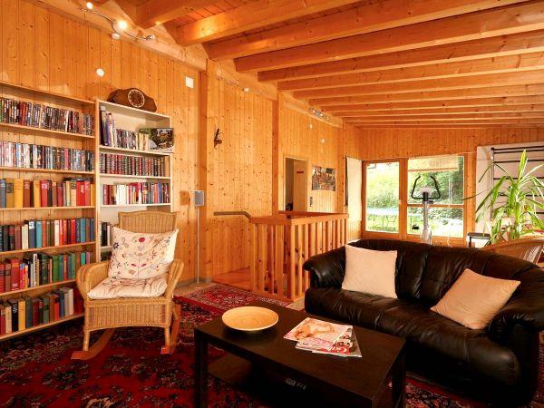 Unser Freizeitzimmer mit TV und Bibliothek für gemütliche Stunden