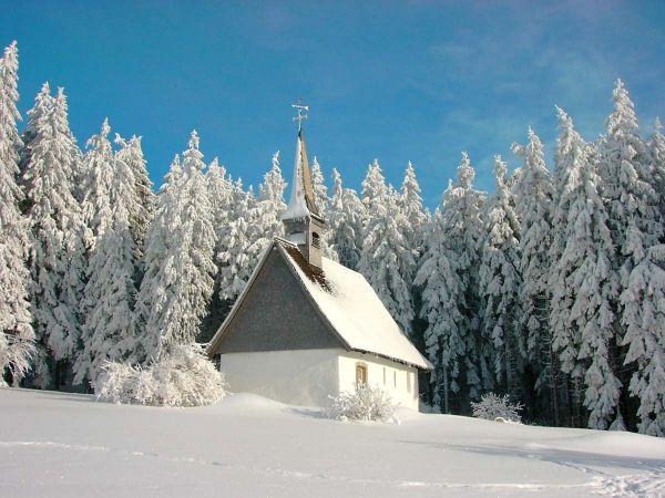 Eine atemberaubende Winterlandschaft umschließt die Martinskapelle