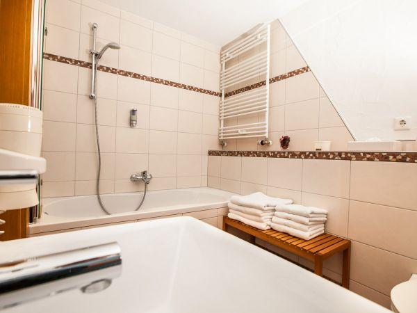 Das Badezimmer mit Badewanne von Zimmer Nr. 1