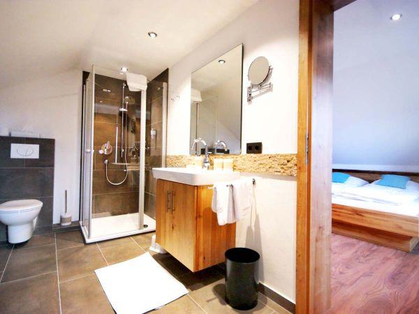 Modernes, helles Badezimmer der Familiensuite