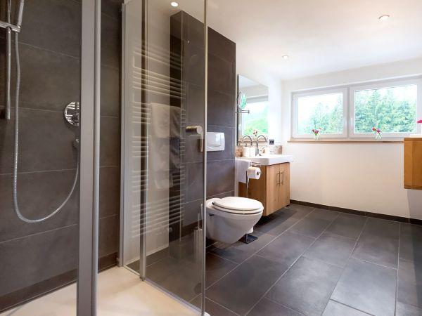Das moderne und geräumige Bad der Juniorsuite