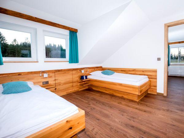 Unsere Familiensuite Nr. 10 für 4-6 Personen – Schlafraum mit zwei Einzelbetten