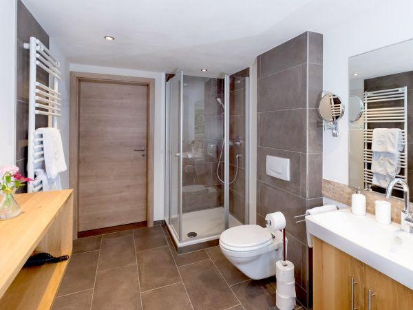 Das moderne Badezimmer der Juniorsuite