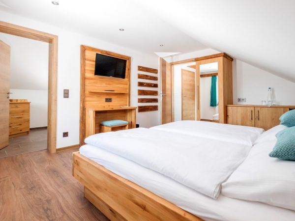 Zimmer Nr. 10 - Doppelbett in der Familiensuite