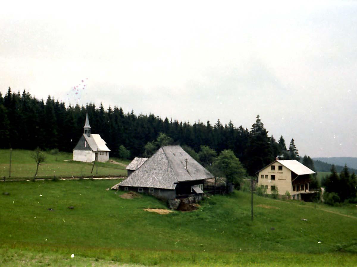 1965: Blick auf den Kolmenhof, die St. Martinskapelle und das Lukashäusle